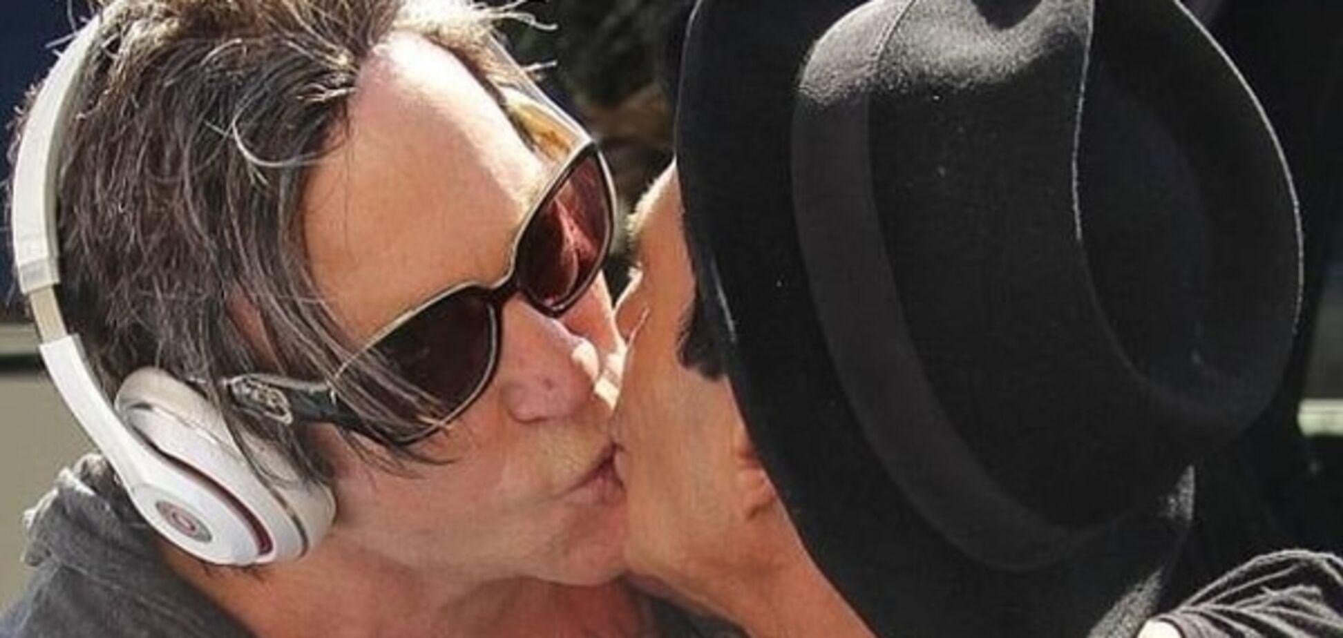 Поцелуй на прощанье: Микки Рурка застали на свидании со стилистом