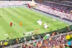 В Голландии фанаты во время матча забросали юных болельщиков соперника игрушками: видеофакт