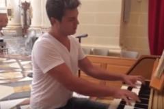 Пианист-виртуоз Евгений Хмара на Мальте сыграл гимн Украины