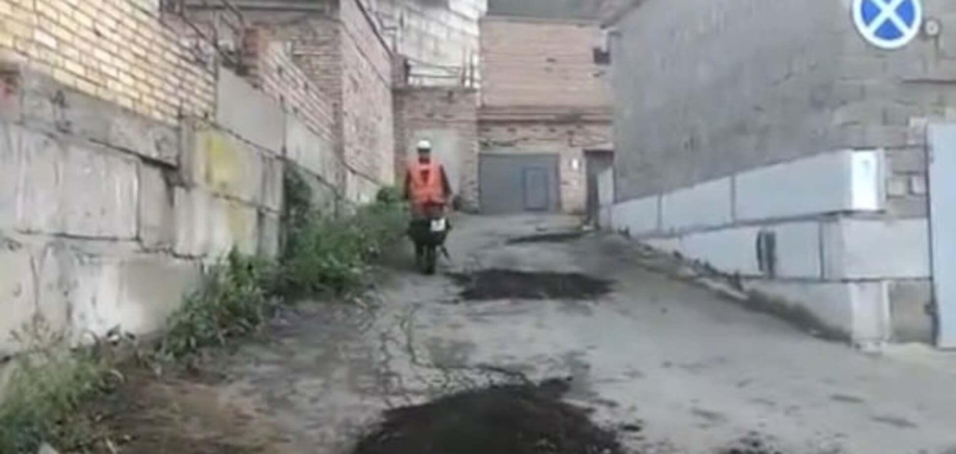 Так наказали: у мережі показали, як у Росії 'латають' асфальт за допомогою землі