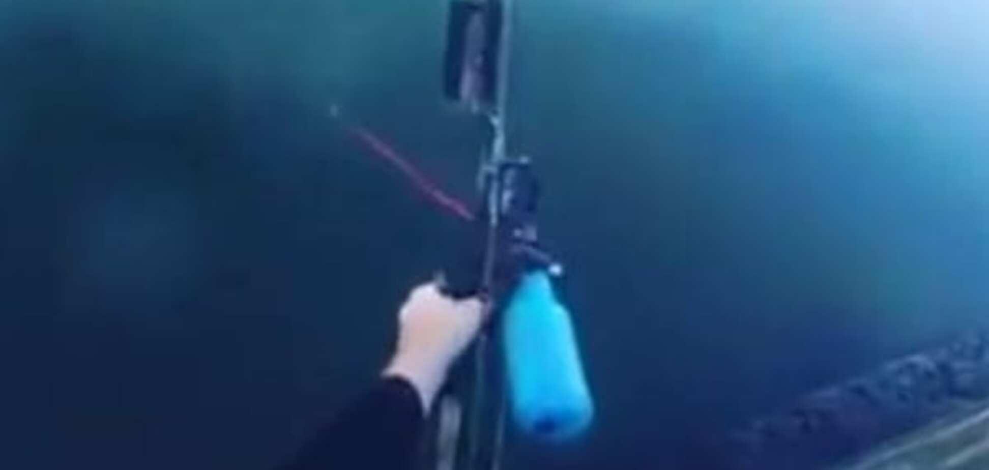 Болельщиков поставило в тупик феноменальное видео с рыбалки спортивных лучников