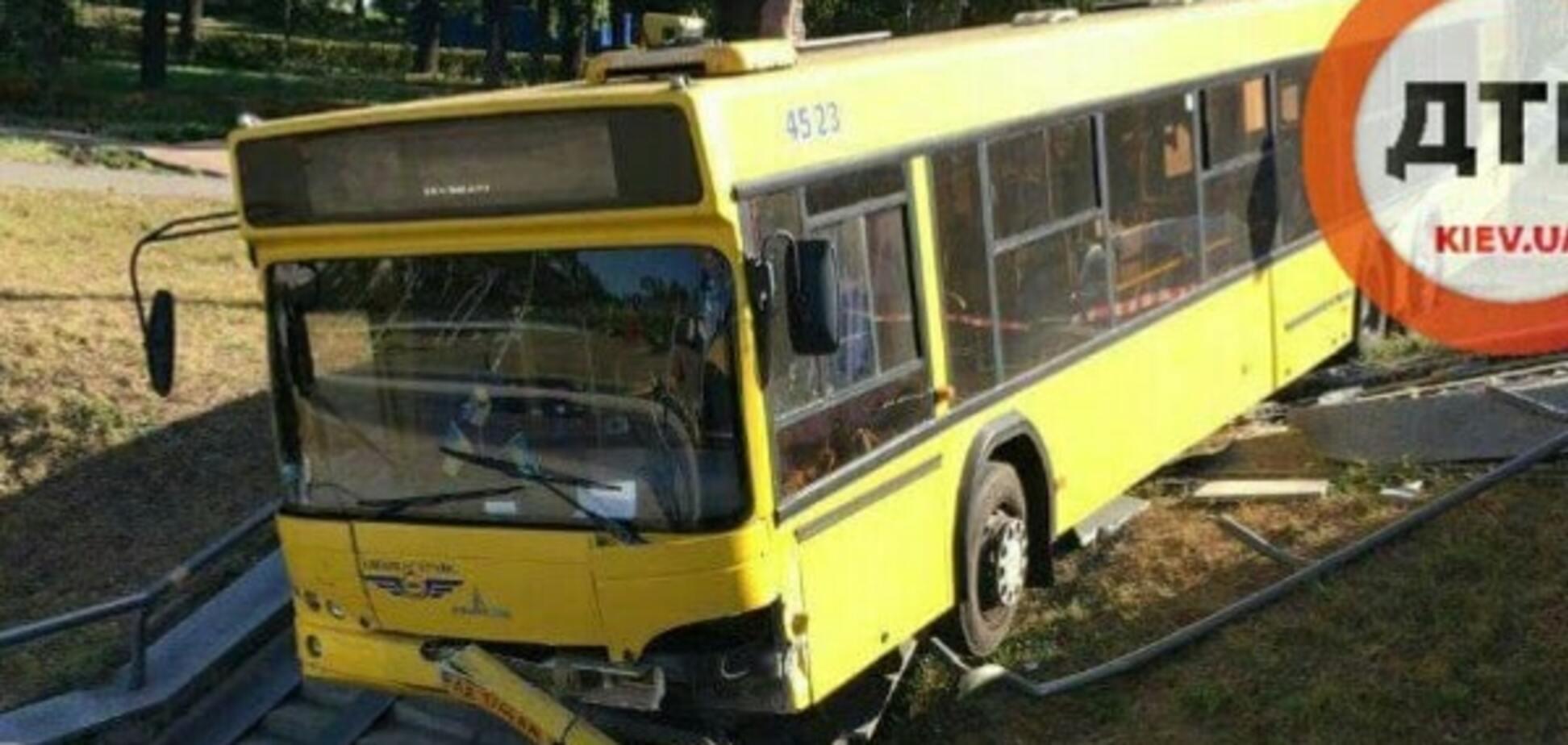 Масштабное ДТП в Киеве: автобус с пассажирами вылетел с дороги. Опубликованы фото