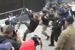 Вибори до Держдуми: 'свободівець' Мірошниченко влаштував бійку біля посольства РФ