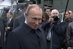 Че такой серьезный? Путин покривлялся перед рабочим завода 'Калашников': видеофакт