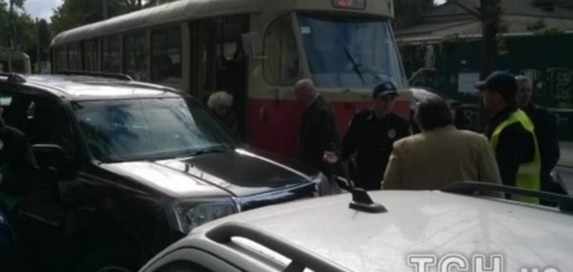В Киеве джип 'героя парковки' парализовал движение трамваев