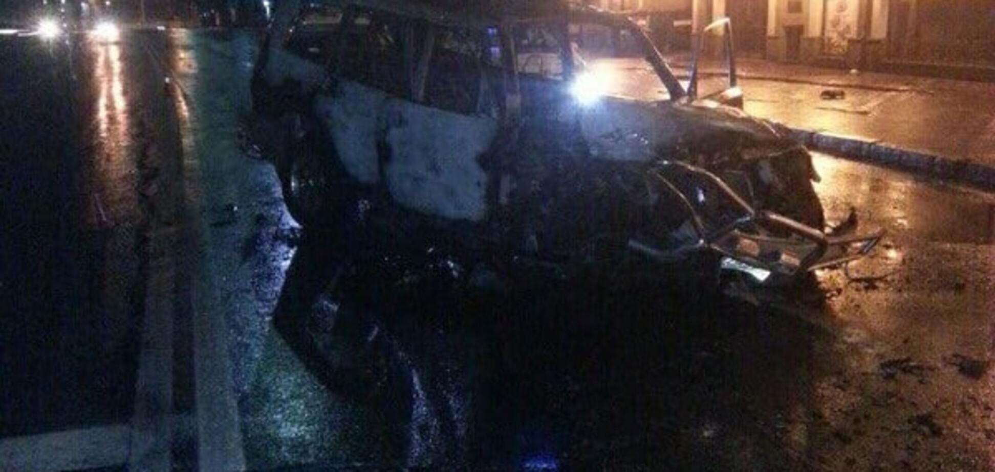 П'яна ДТП у Києві: працівник СТО протаранив стовп, машина згоріла