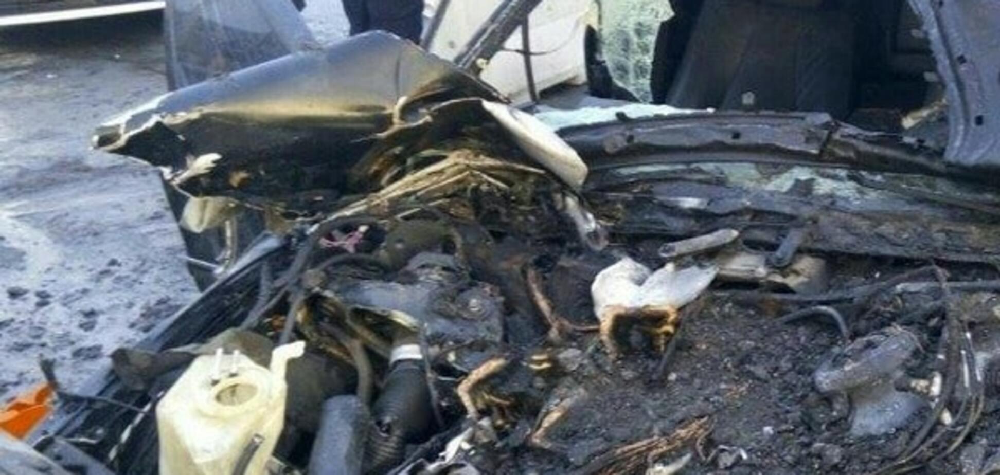 У Києві на мосту Патона Mercedes на величезній швидкості влетів в автоцистерну: легковик загорівся