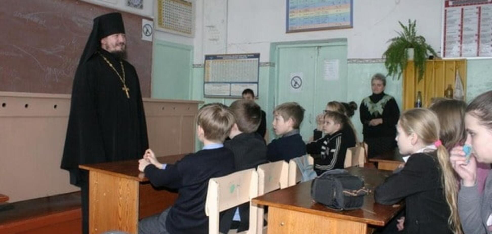 Священник РПЦ в школе