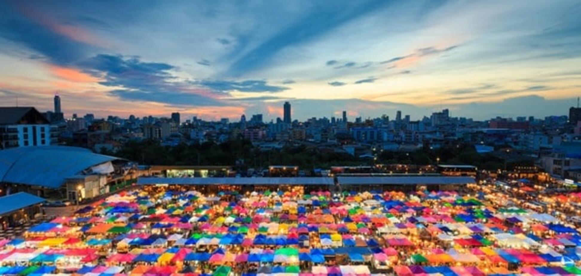 Назад у минуле: в Бангкоку на нічному ринку Talat Rot Fai можна знайти все