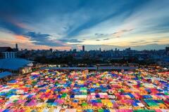 Назад в прошлое: в Бангкоке на ночном рынке Talat Rot Fai можно найти все