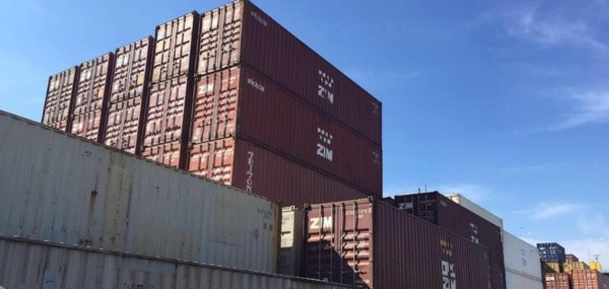 В одесском порту прошли обыски, изъяты десятки контейнеров с контрабандным лесом