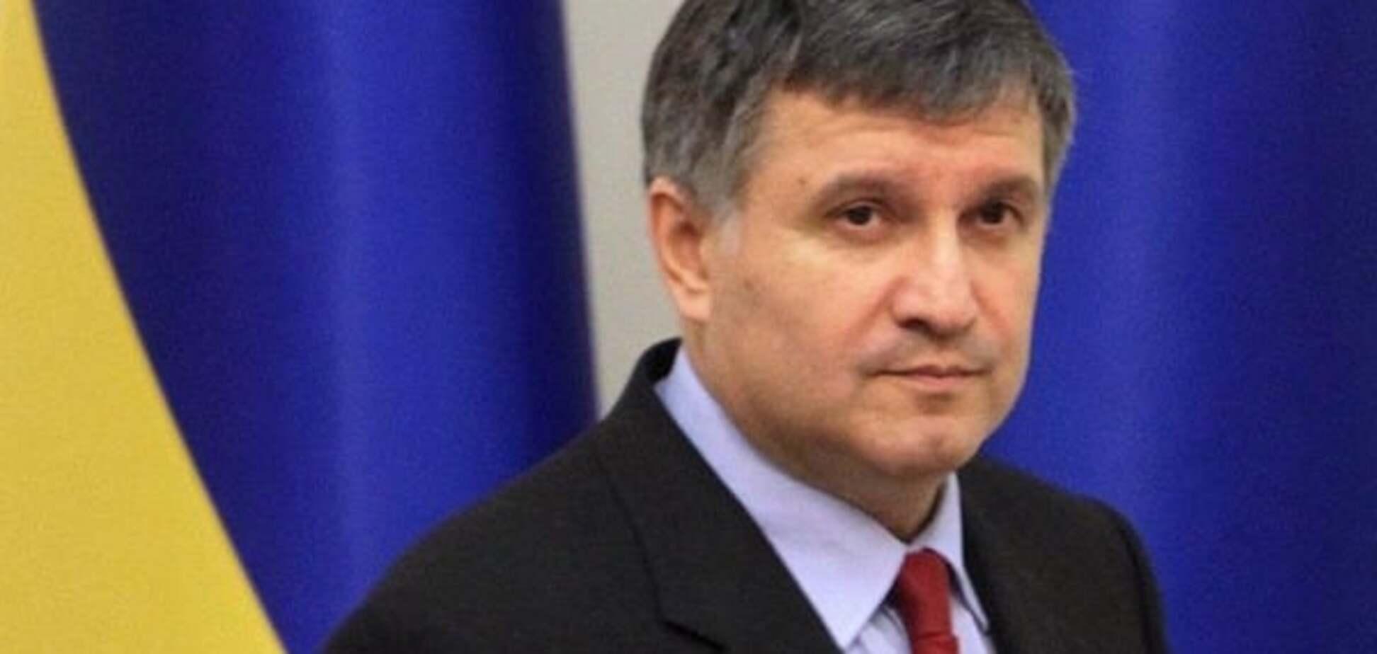 Це секрет: Аваков відмовився говорити, яким нардепам подарував зброю