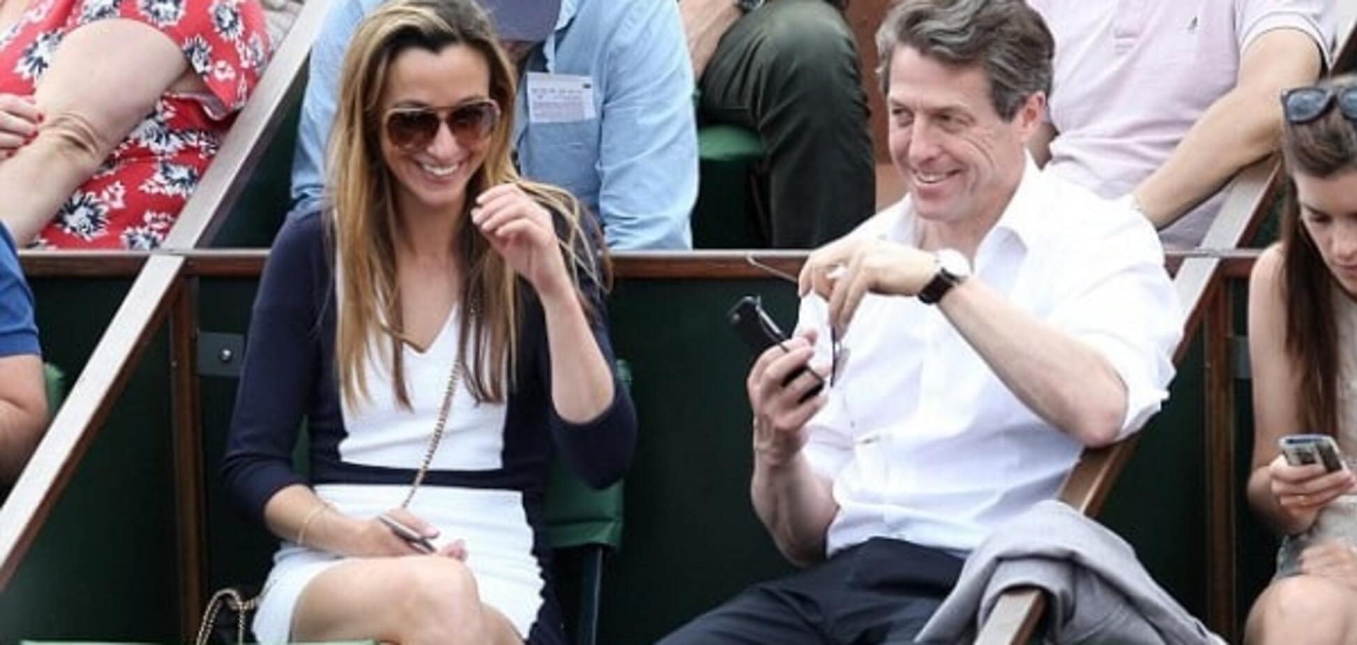 Постаревший Хью Грант с возлюбленной посетили теннисный матч в Нью-Йорке