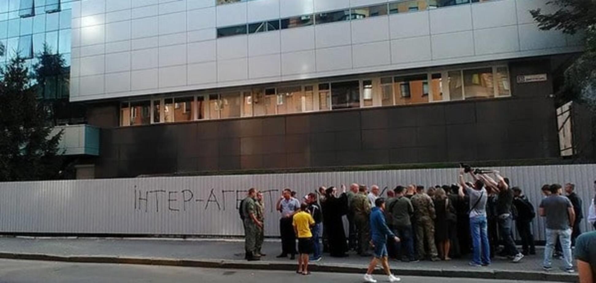 Підвезли шини: активісти встановлять блокпости біля офісу 'Інтера'