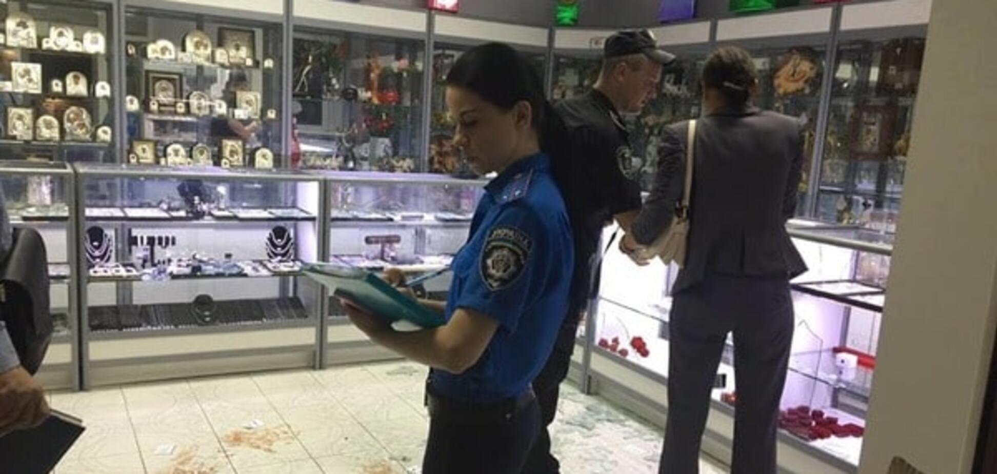 В Киеве произошло разбойное нападение со стрельбой на ювелирный магазин: опубликованы фото