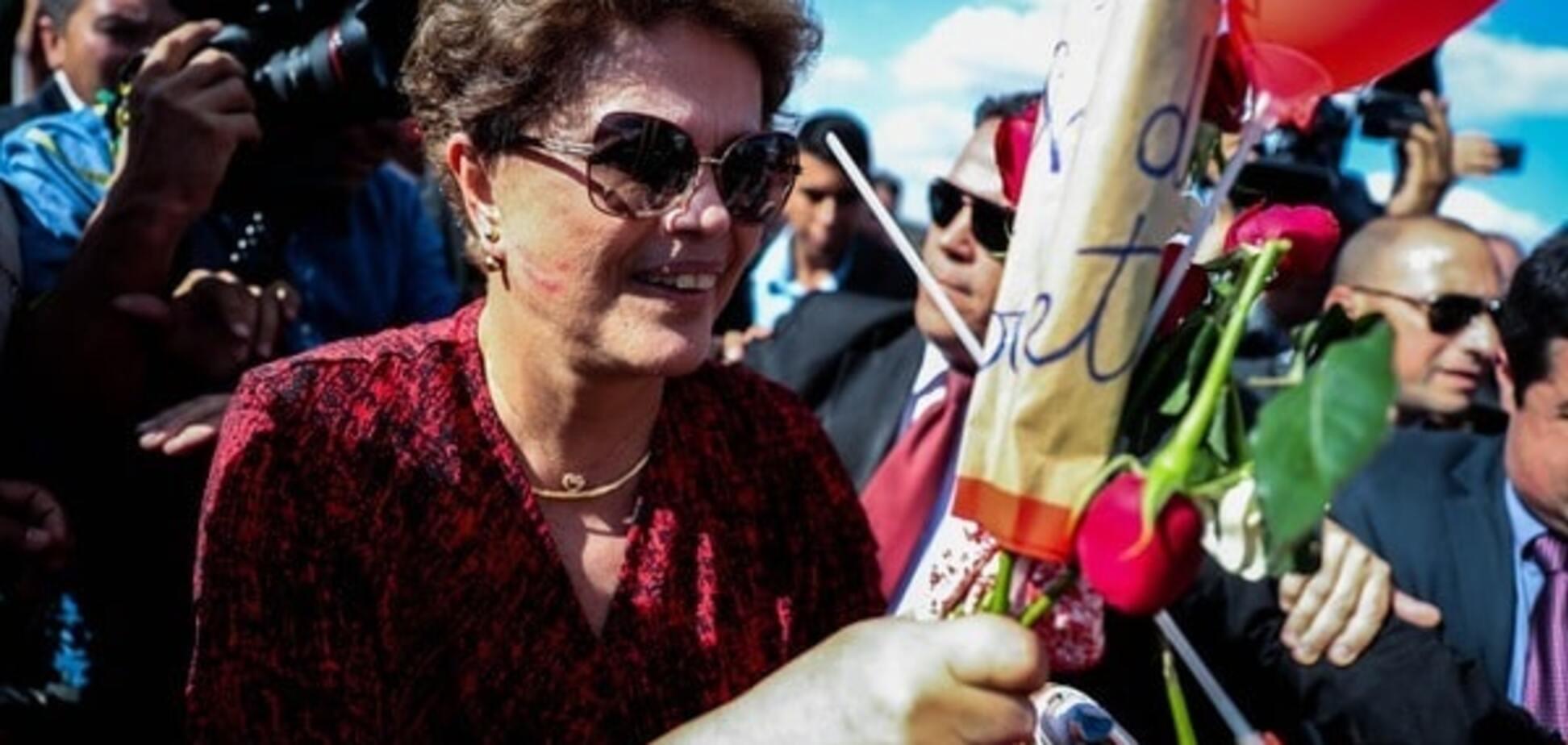 С улыбкой и цветами: Русеф после импичмента покинула дворец президента Бразилии. Опубликованы фото
