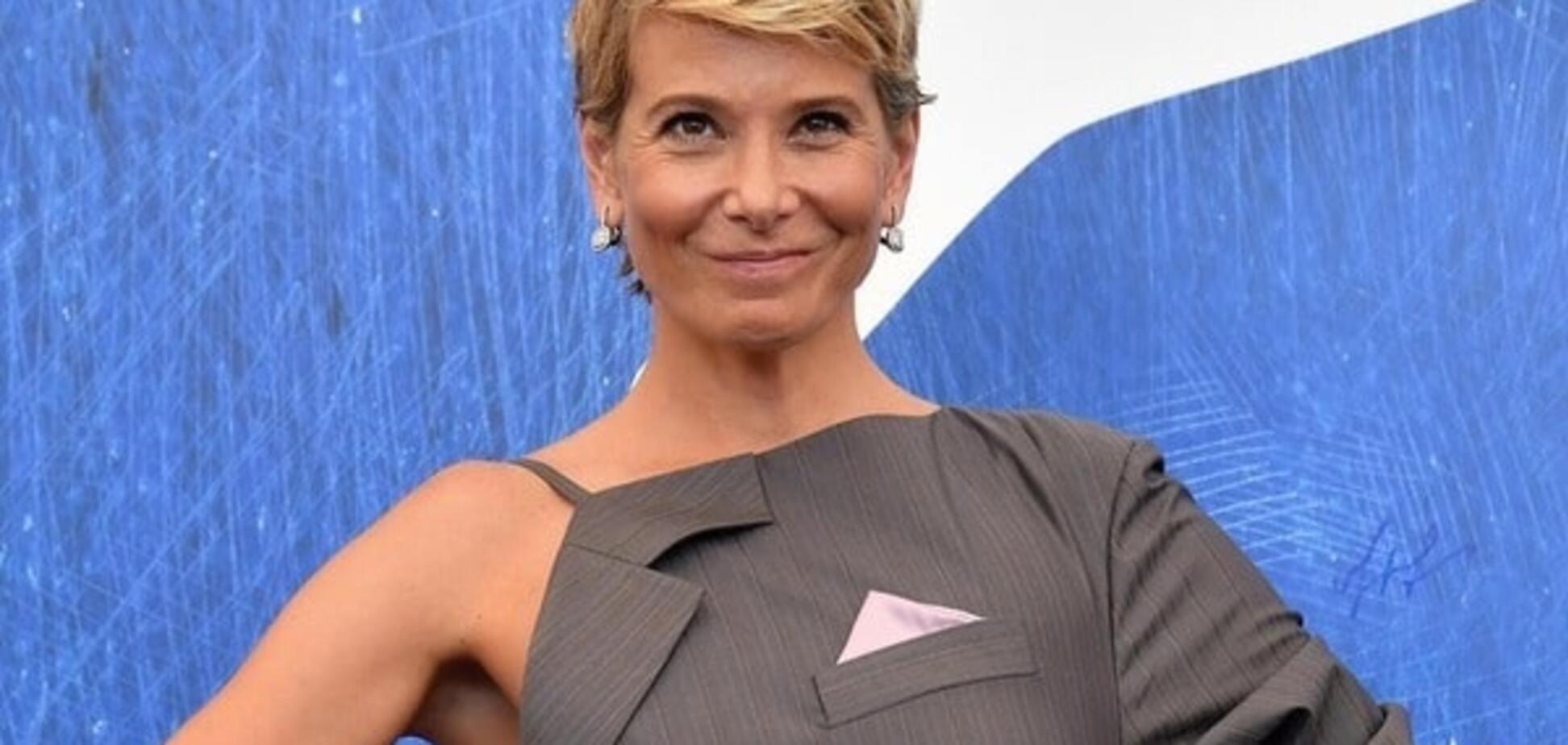 Юлия Высоцкая покорила Венецию оригинальным мини-платьем в виде смокинга