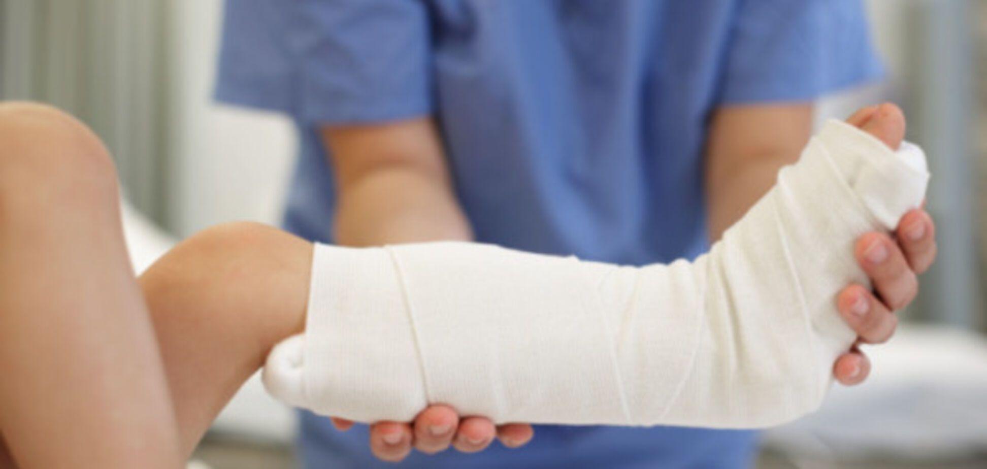 Очнулся - гипс: в Киеве ребенок сломал ногу на 'зебре'