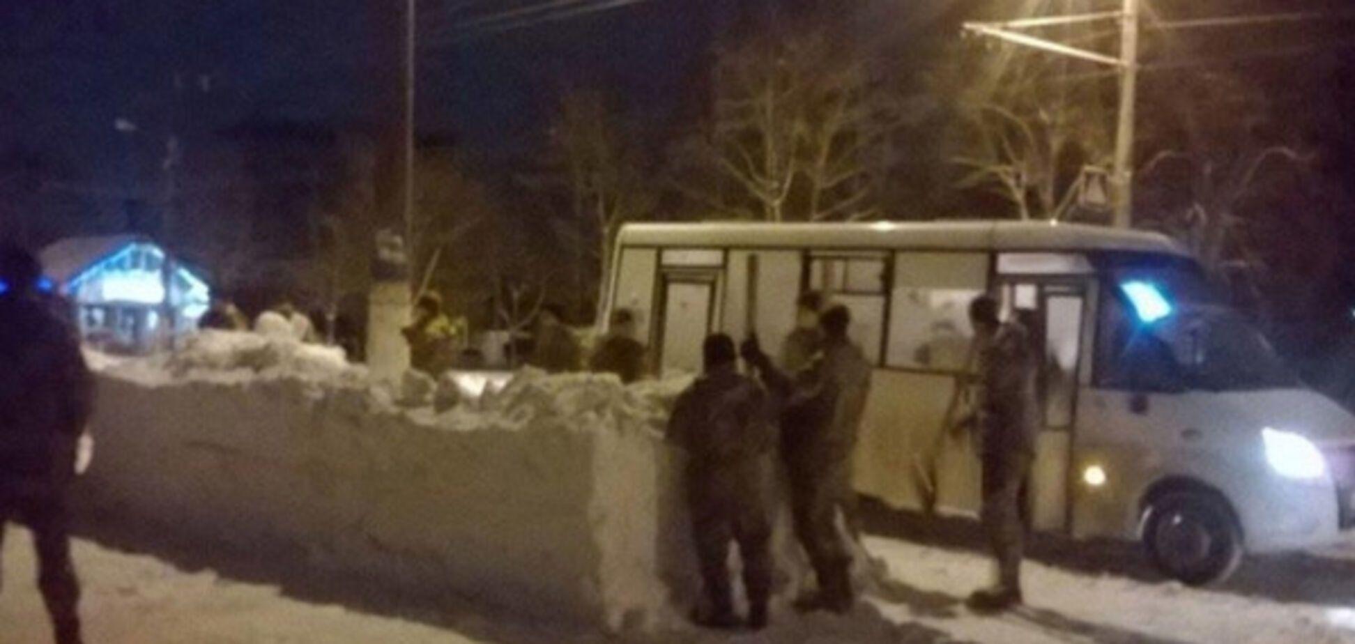 Автобусная остановка из снега