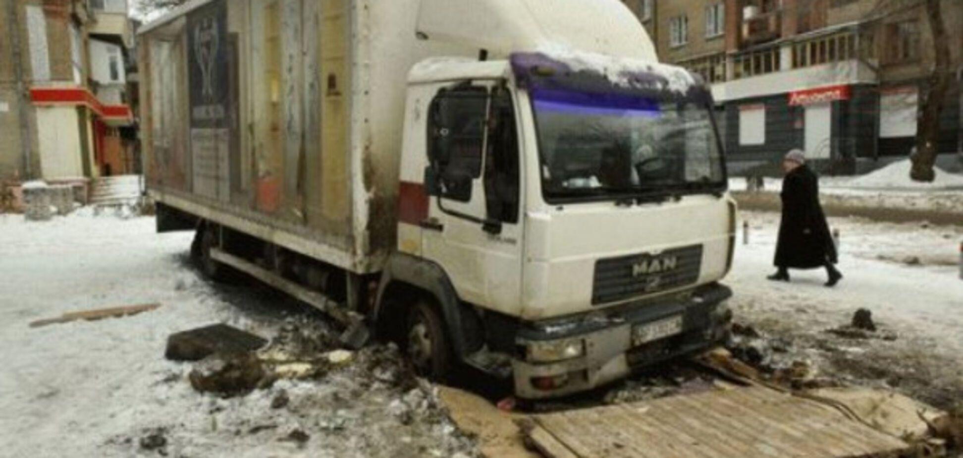 В Запорожье грузовик ушёл под землю