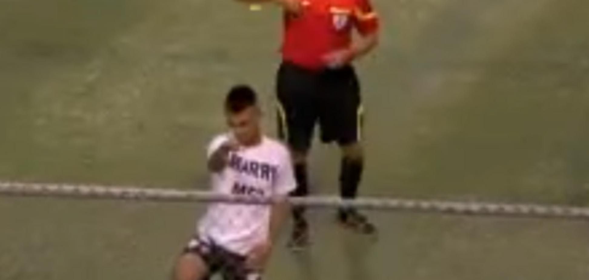 Футболист сделал предложение на поле