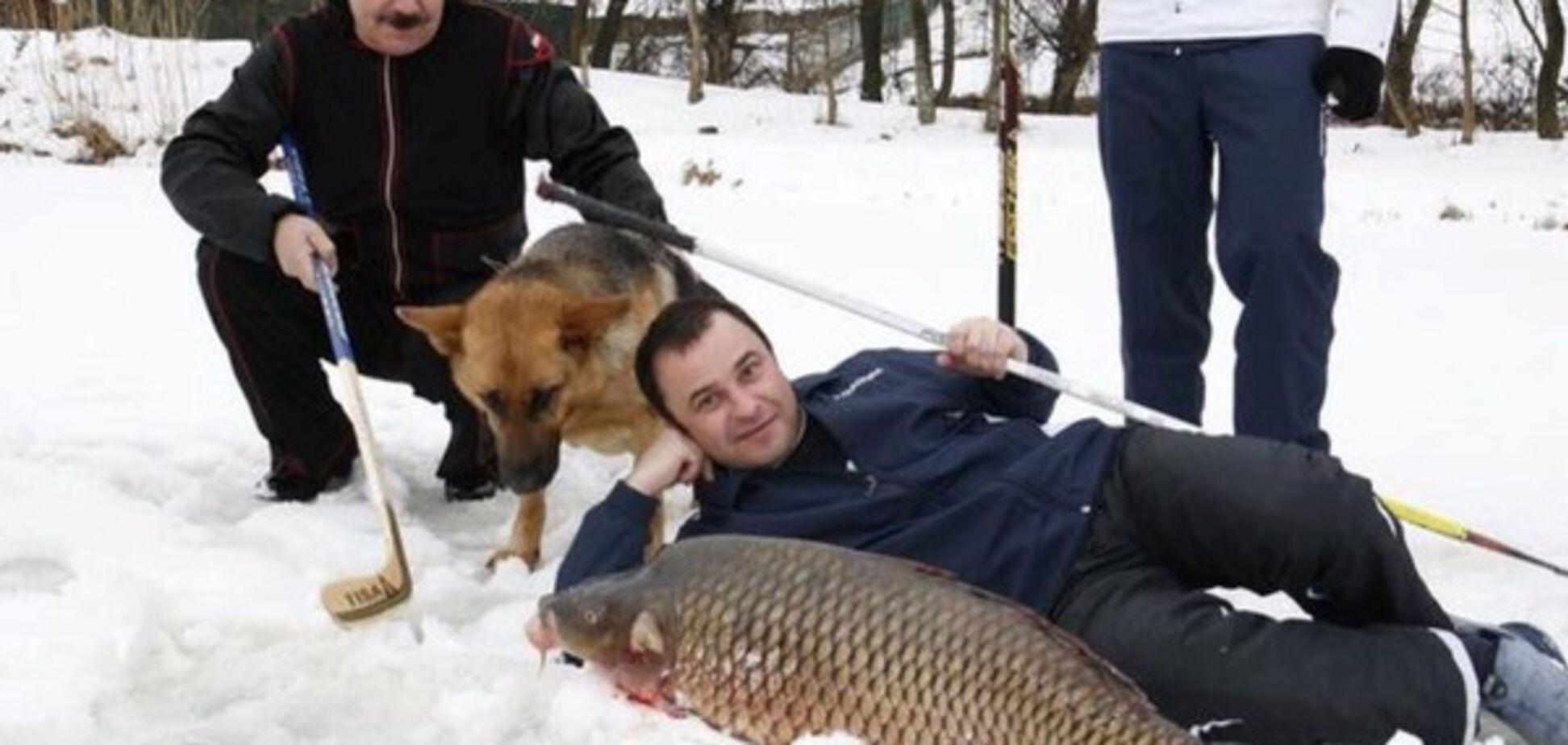 'Забили карпа клюшкой': соцсети позабавило фото с украинскими звездами