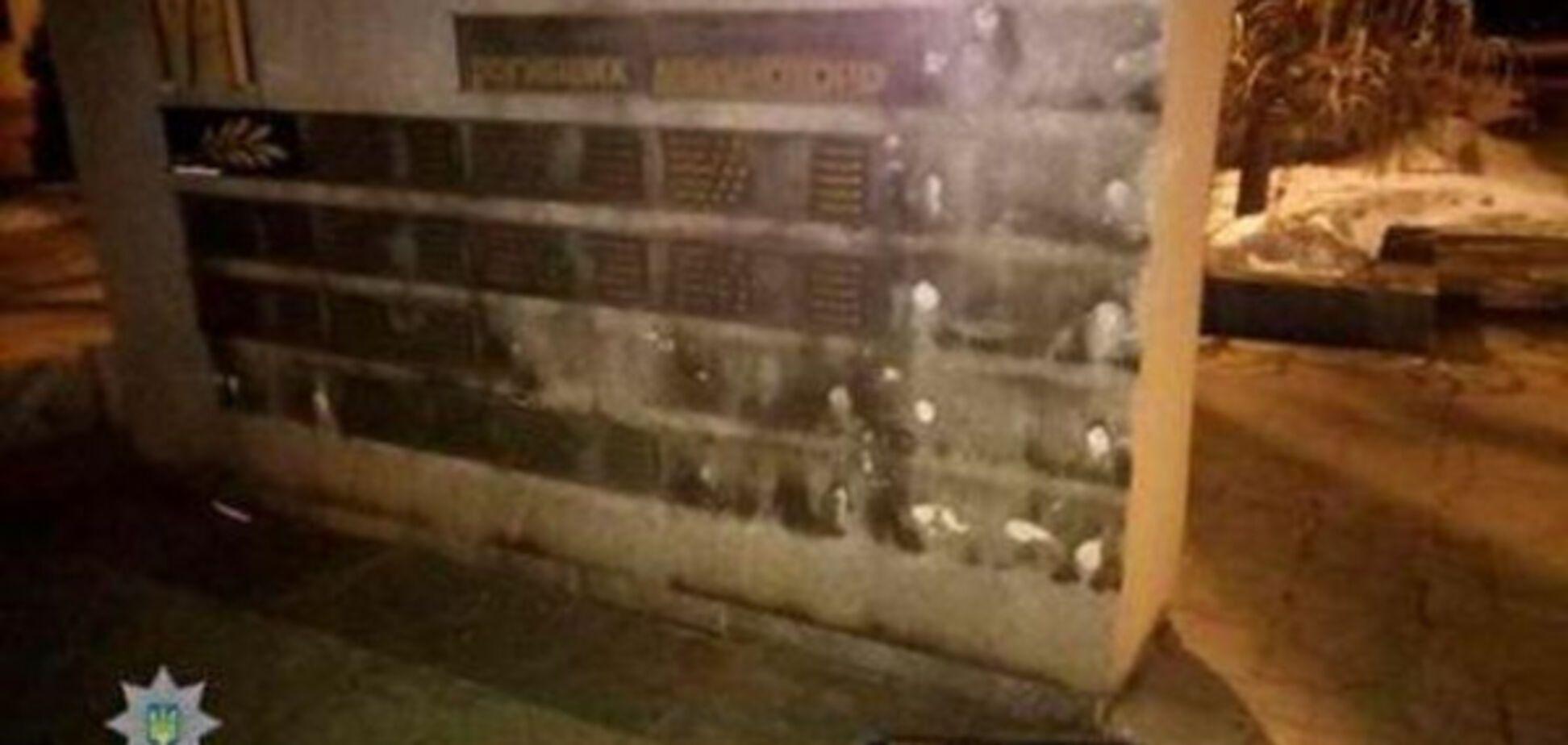 Запорожец осквернил памятник погибшим воинам