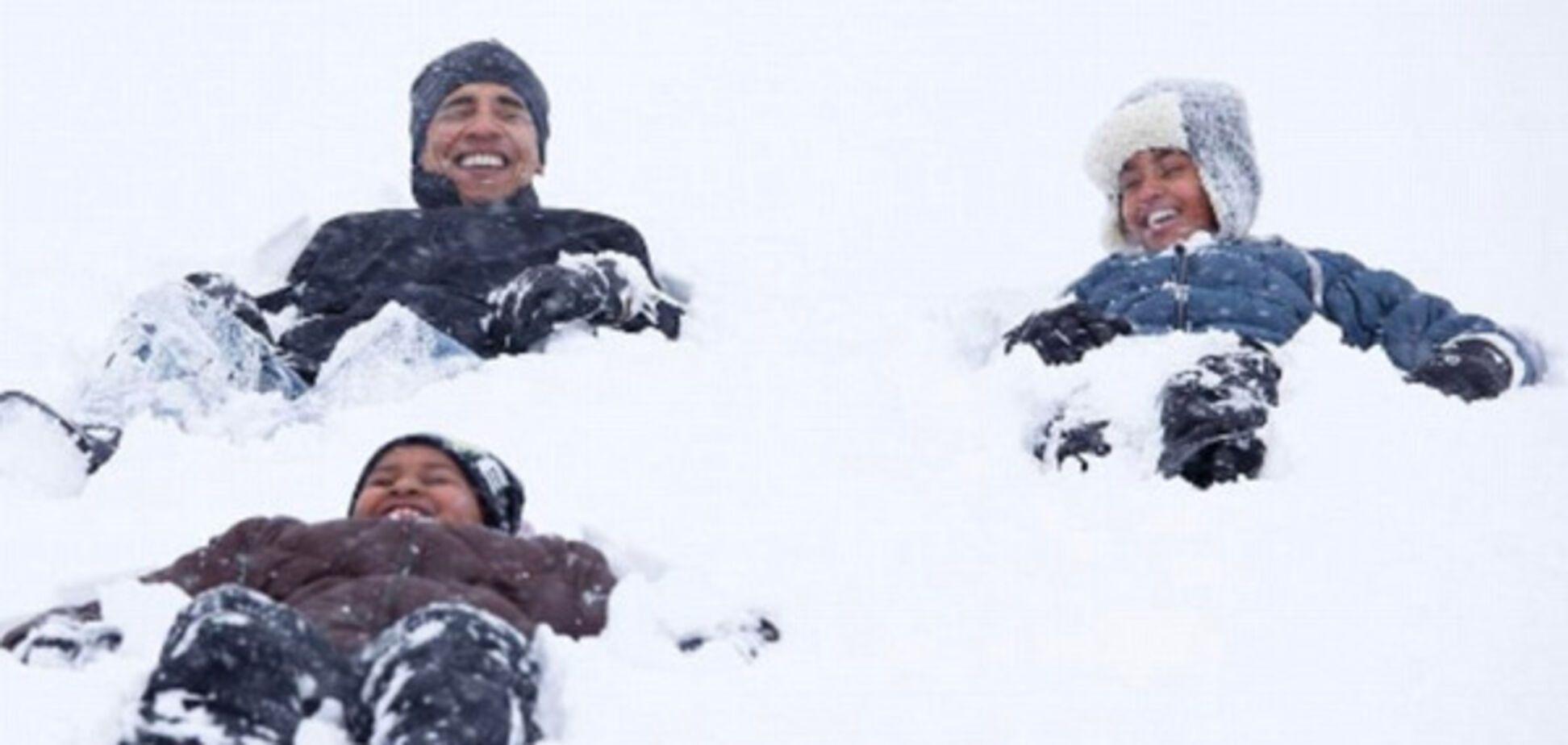 Обама играет с дочерьми во дворе Белого дома
