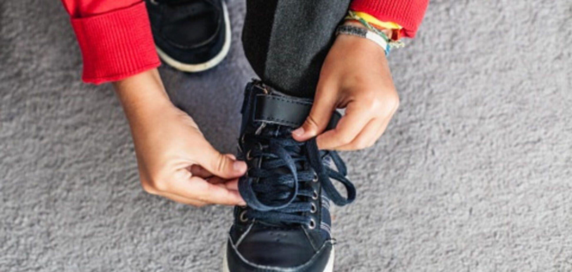 Как научить ребенка завязывать шнурки: лайфхак от мамы