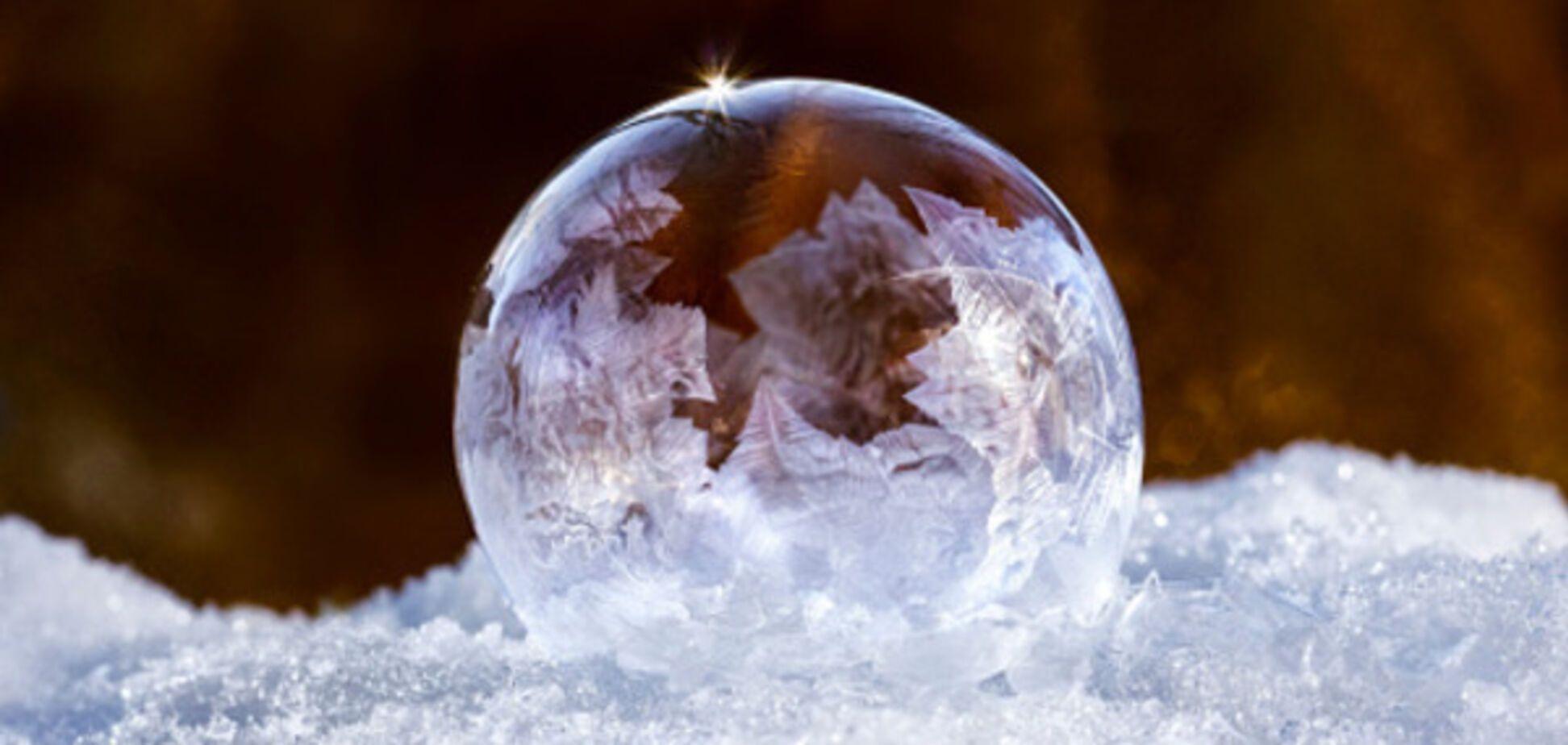 'Зимние забавы': сеть покорило видео с замерзающим мыльным пузырем