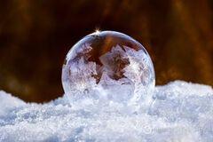 'Зимові забави': мережу підкорило відео з замерзаючою мильною бульбашкою
