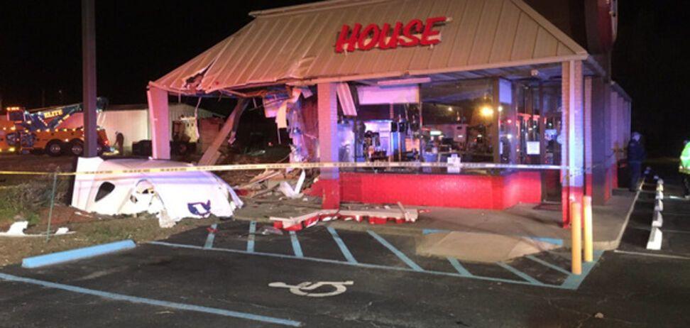 В США водитель грузовика наехал на посетителей ночного клуба: есть жертвы и пострадавшие