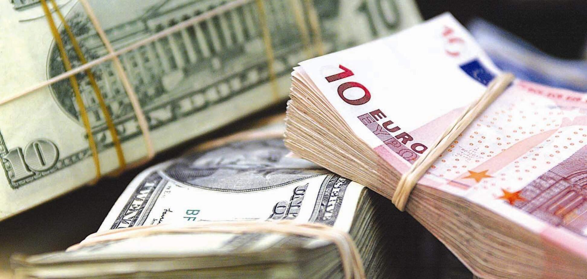 Українці знову понесли гроші в банки: названа головна причина