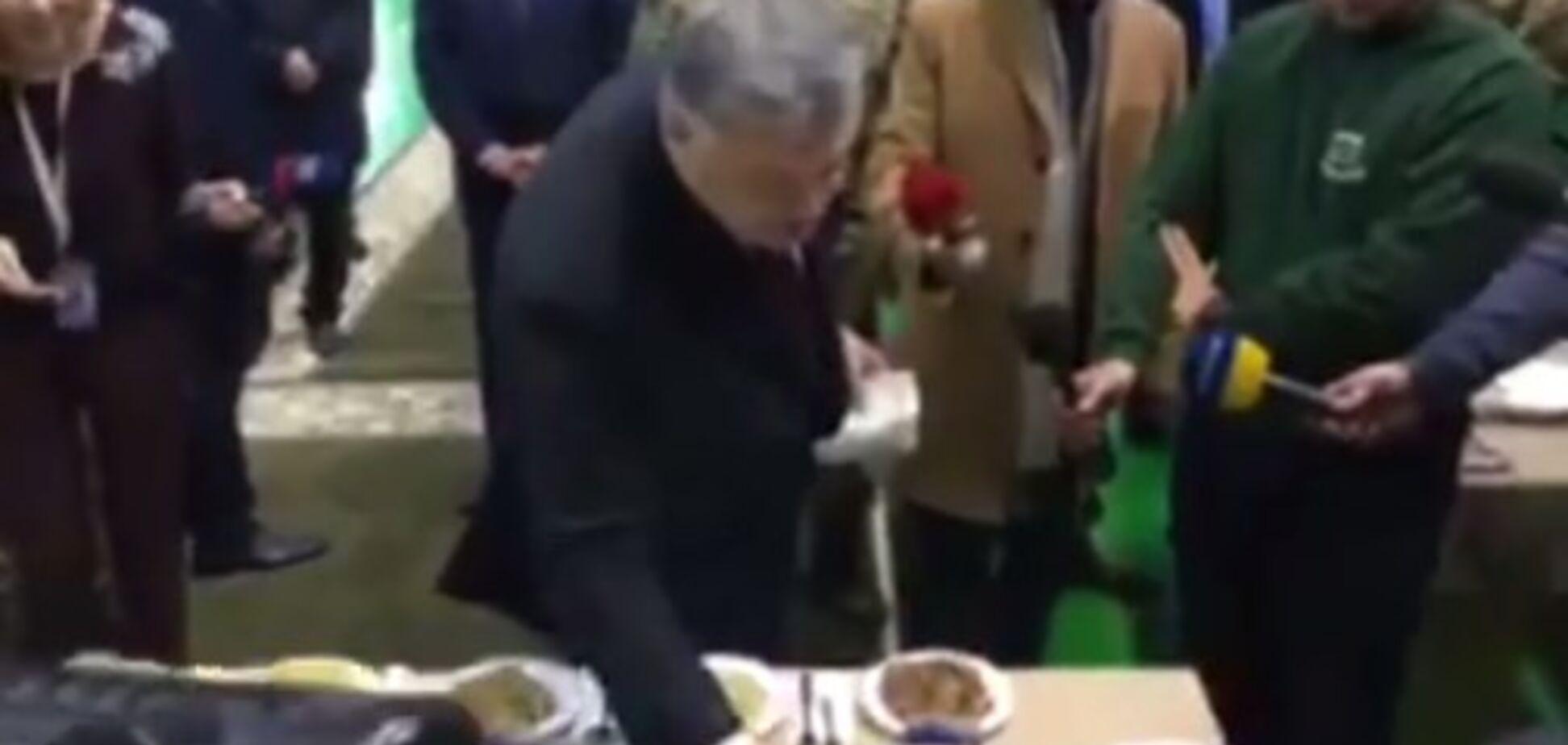 'Марина готує краще': Порошенко скуштував новий солдатський сухпайок