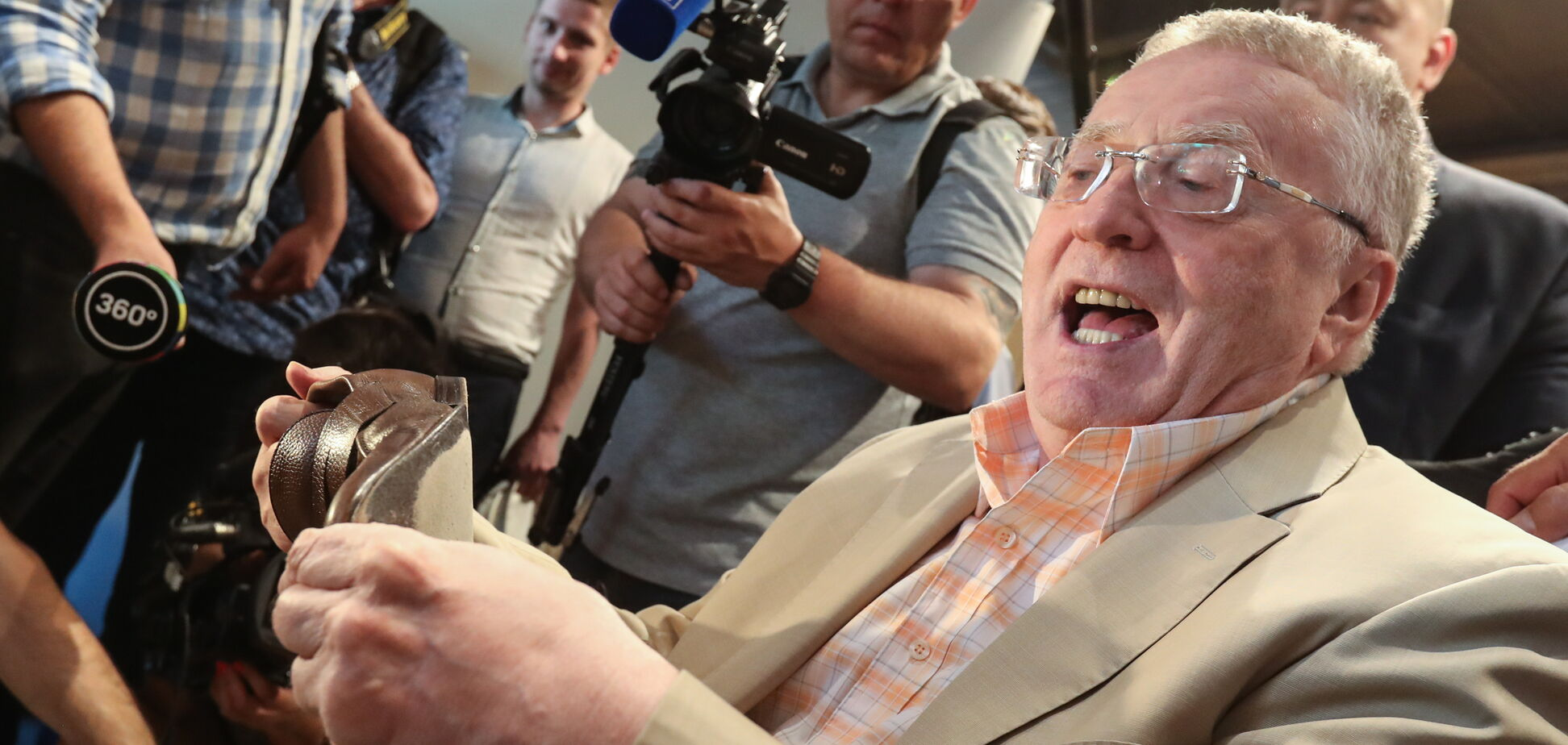 Наминає за обидві щоки: мережу розвеселила 'держзрада' Жириновського в посольстві США