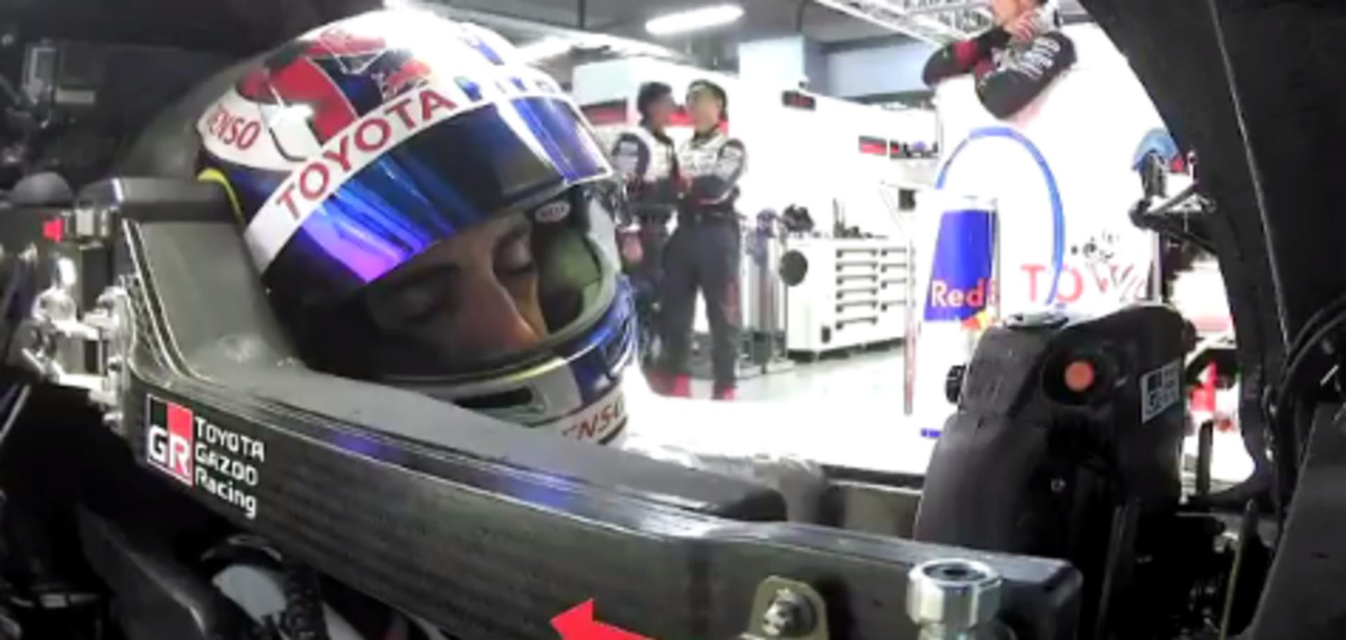 Знаменитый пилот Формулы-1 на гонке заснул за рулем болида, захрапев в эфире: опубликовано видео