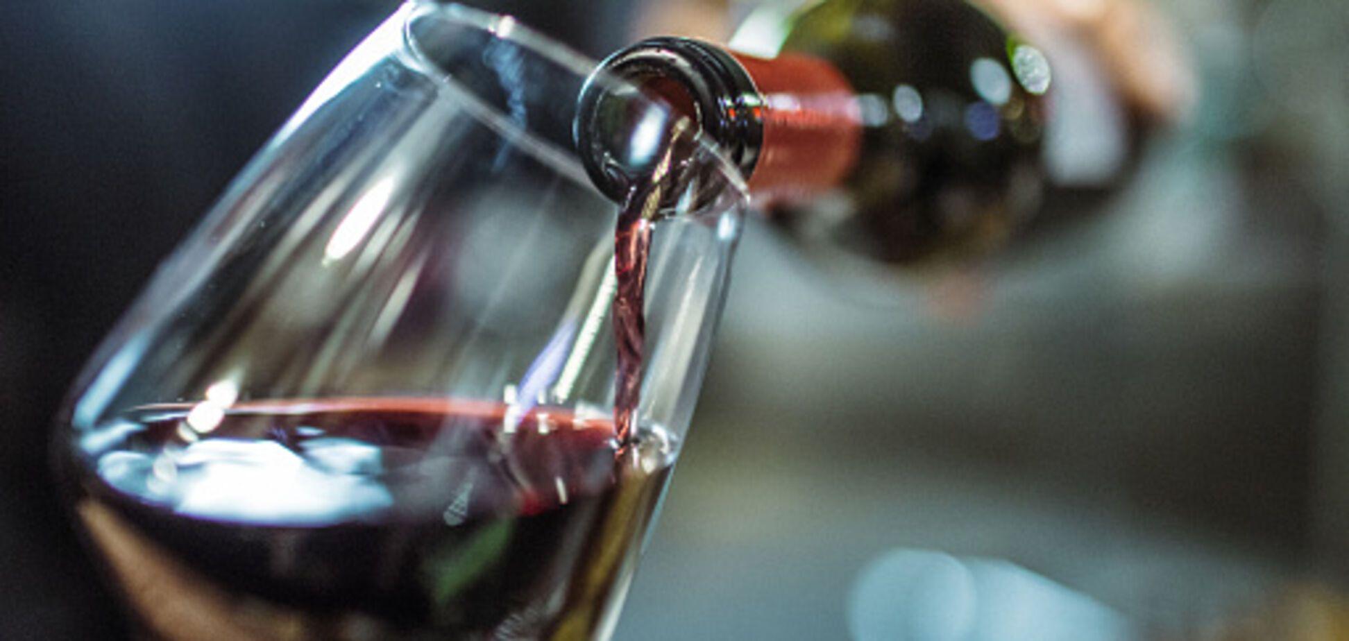 Розвідка України оголосила тендер на 500 винних келихів