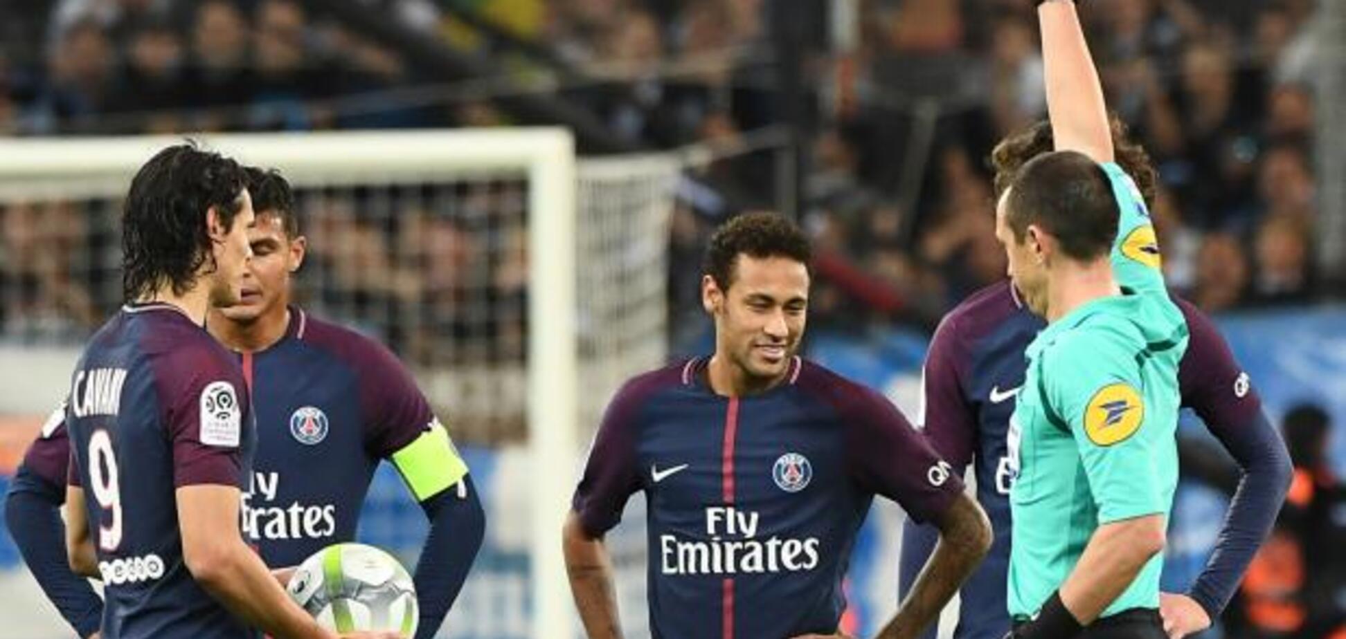 Одного з кращих футболістів світу закидали сміттям під час матчу