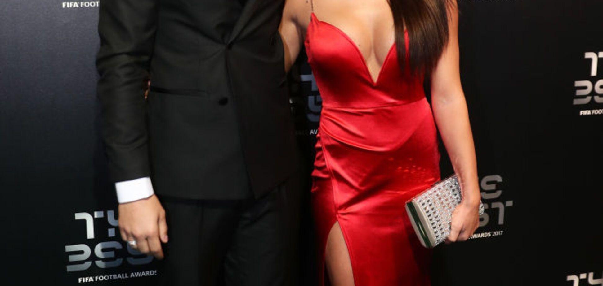 Жена знаменитого футболиста сверкнула глубоким декольте на церемонии ФИФА: фото красотки