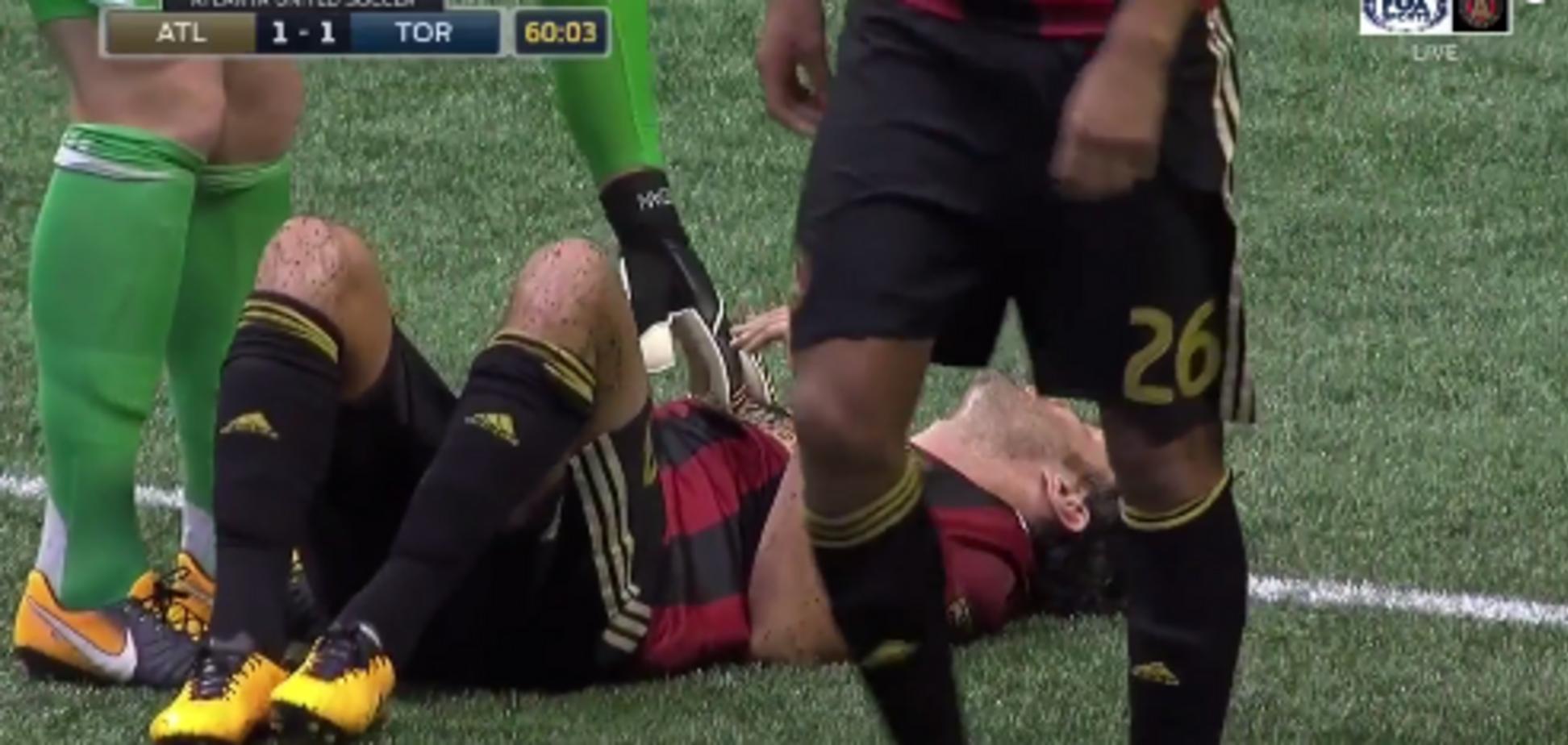 Фанати кинули в футболіста стакан із пивом: відповідна реакція їх вразила - відеофакт