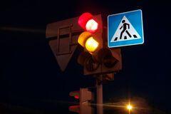 В Париже в момент переключения светофора ОБЕИМ сторонам включается КРАСНЫЙ