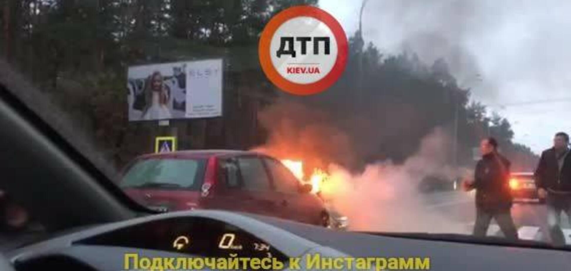Жуткое ДТП в Киеве: автомобиль загорелся прямо на трассе