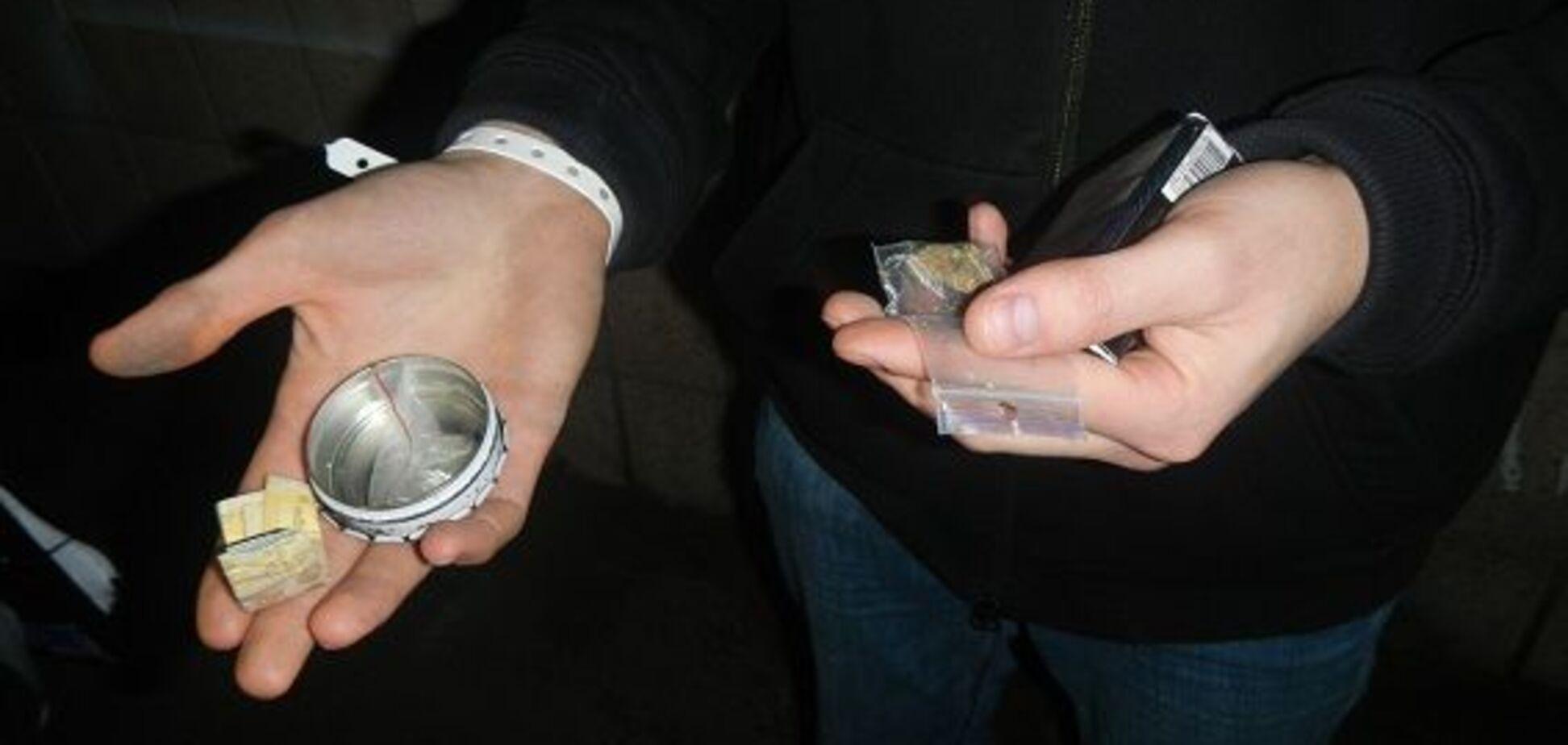 'Забрали у військкомат': поліція показала, що знайшла під час облави в київському нічному клубі