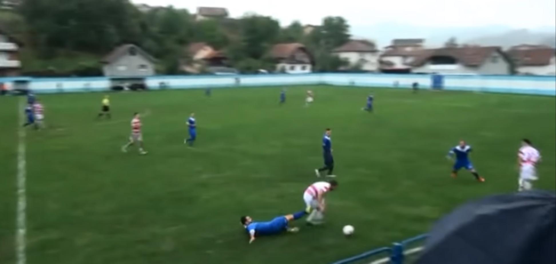Боснийский футболист получил жуткую травму во время матча, лишившись яичка: появилось видео инцидента
