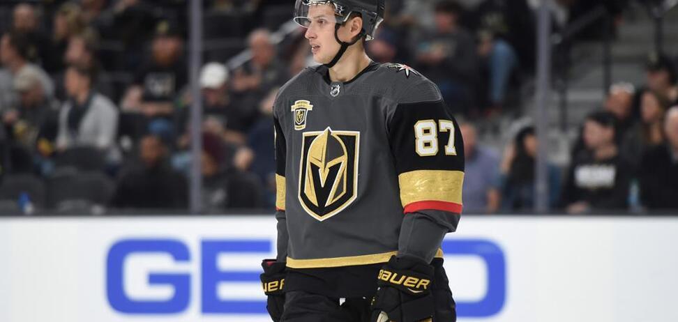 Клуб НХЛ выставил из команды хоккеиста сборной России: названа причина