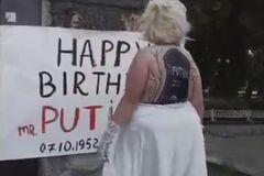 У центрі Києва оголена дівчина привітала Путіна з останнім днем народження