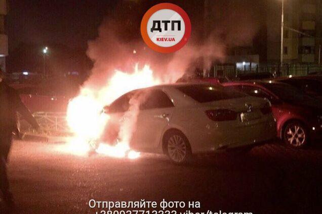 СМИ: В Киеве горит полицейское авто