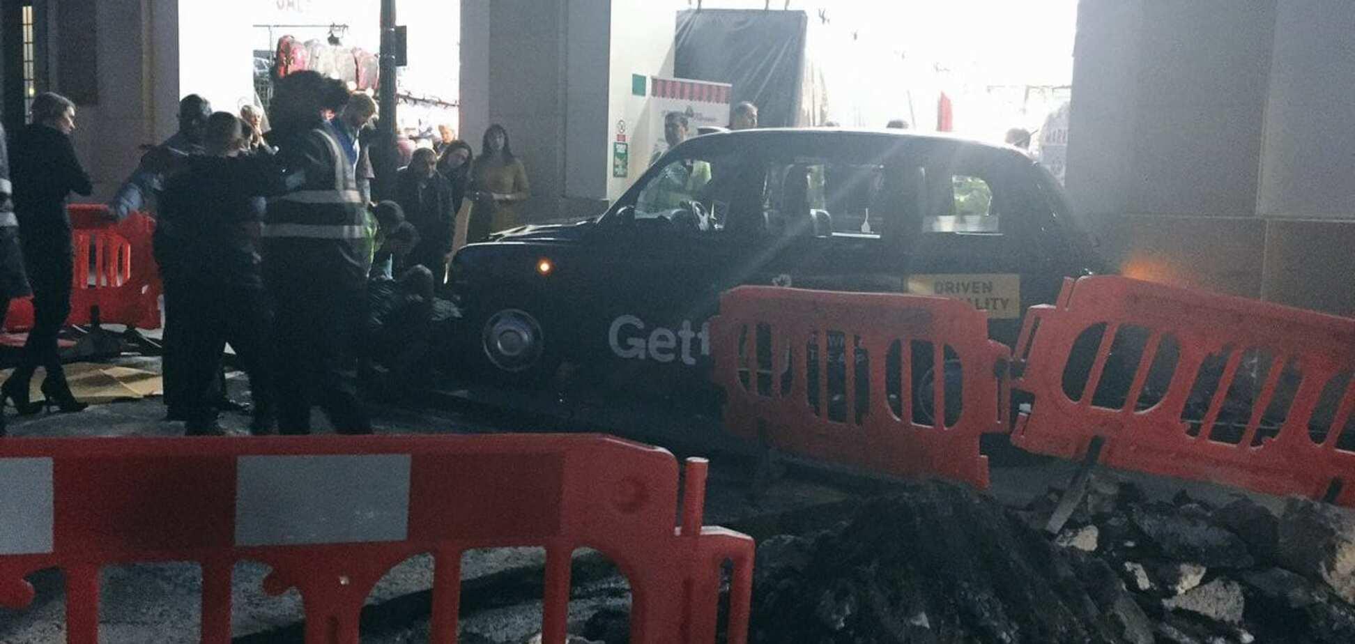 В Лондоне такси наехало на пешеходов: есть пострадавшие