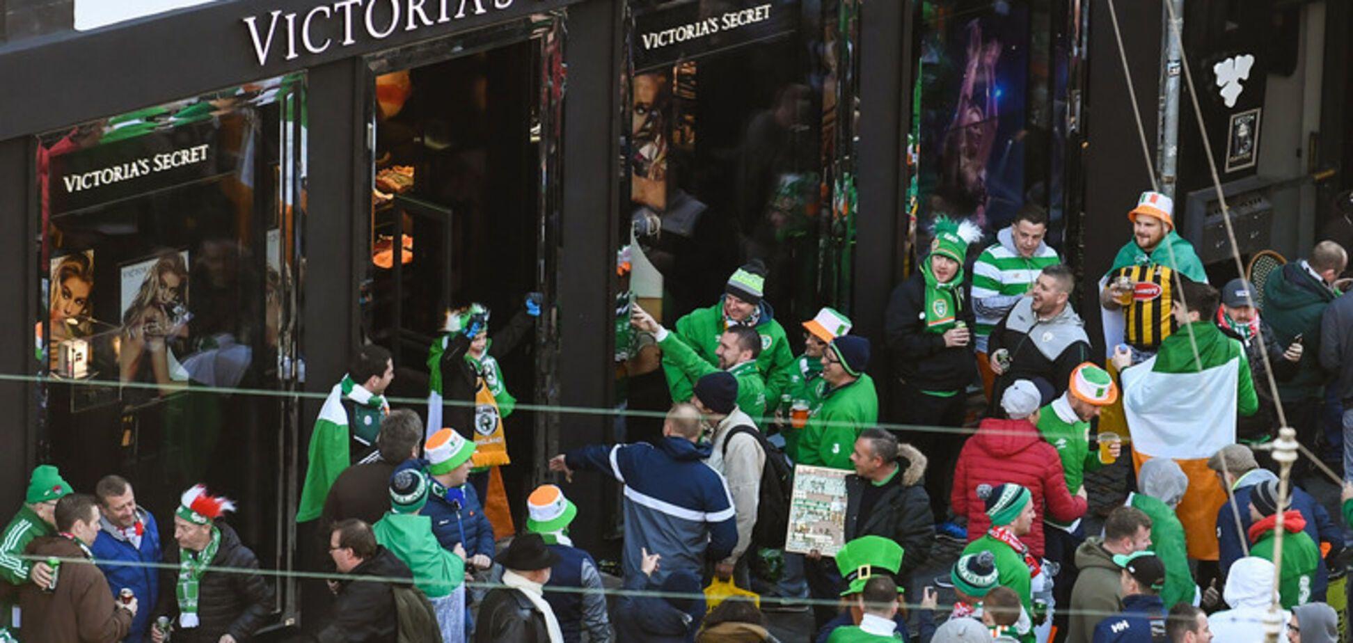 Натовп фанатів познущався над відвідувачами магазину жіночої білизни