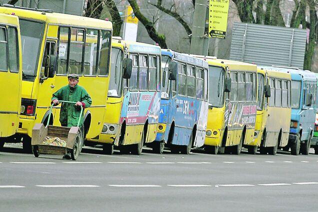 Придавил к троллейбусу: в Киеве водитель маршрутки устроил жуткое ДТП на остановке